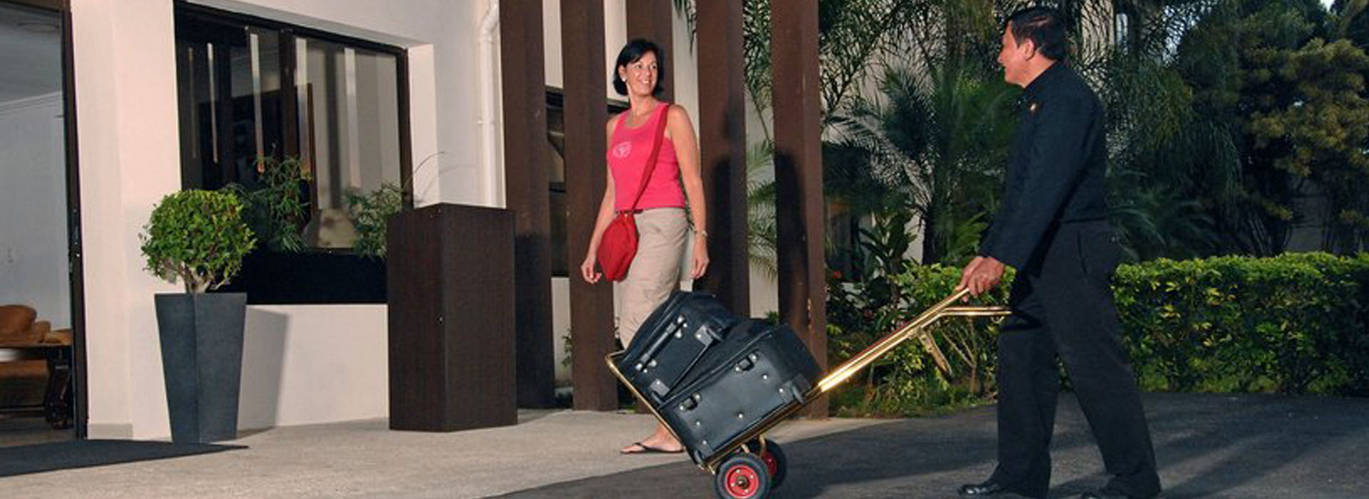 Picture of a woman arriving with her luggage at the Costa Rica Medical Center Inn.